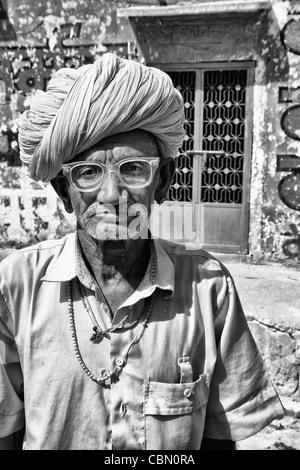Große Porträt der älteren Hindu Mann mit Turban in Jodhpur Rajasthan Indien - Stockfoto