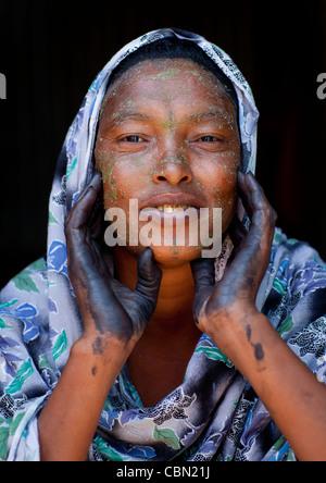 Schöne schwarze Frau mit Henna bemalte Hände und tragen Schleier ihr Gesicht Hargeisa Somaliland Qasil aufsetzen - Stockfoto