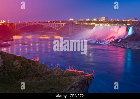 American Falls und die Rainbow Bridge gesehen von der kanadischen Seite des Niagara River während des Festival of - Stockfoto