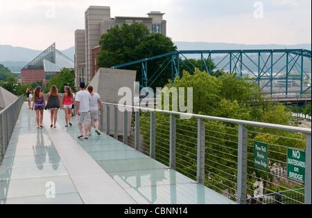 Chattanooga, Tennessee Fußgängerbrücke von Hunter Museum of American Art komplexe in die Innenstadt - Stockfoto