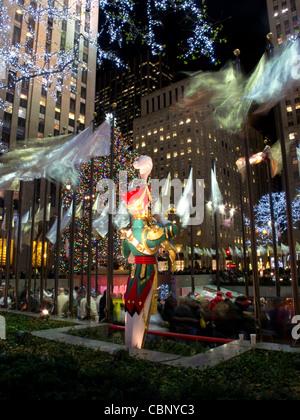 Riesige Weihnachtsfiguren am Rockefeller Plaza zu Weihnachten in der Nacht, New York City, New York, USA