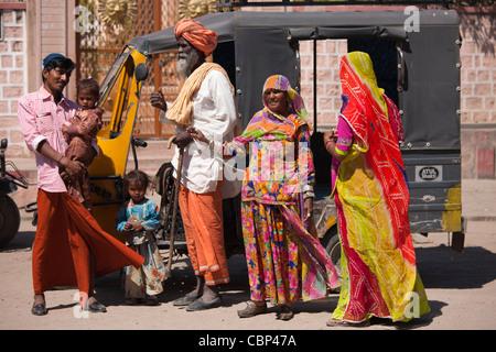 Indische Familie drei Generationen mit schwangeren jungen Frau von Auto-Rikscha in Sadri Stadt von Rajasthan, Westindien - Stockfoto