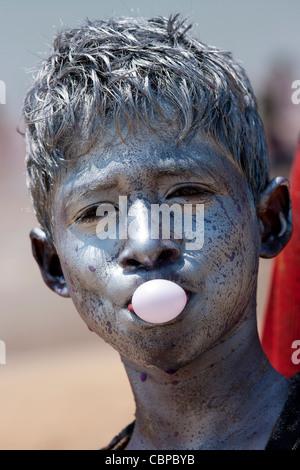 Inder feiern hinduistischen Holi Festival der Farben mit Pulverfarben in Mumbai, Indien - Stockfoto