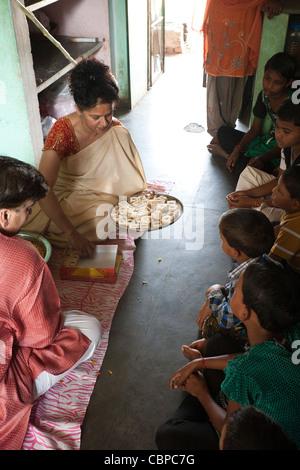 Angebote von Süßigkeiten für Lakshmi Puja - Udayan Campus - Stockfoto