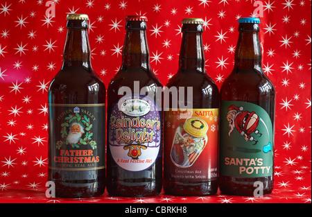 Auswahl an Weihnachten Ales gesetzt gegen rot mit weißen Sternen auf Weihnachten Papier - Stockfoto