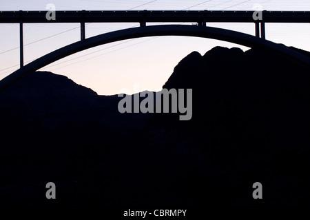 Silhouette der Hoover-Damm-Brücke und die Berge - Stockfoto