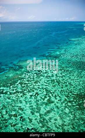 Luftaufnahmen der spektakuläre Great Barrier Reef in der Nähe der Whitsunday Islands in Queensland, Australien. - Stockfoto