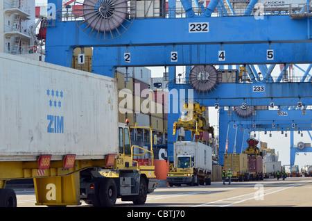 Frachter, Container und Kräne im Hafen am Meer. - Stockfoto