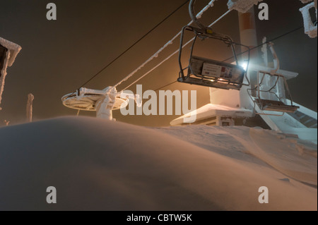Der Sessellift in Ruka Kuusamo, Finnland während der Polarnacht-Saison. - Stockfoto