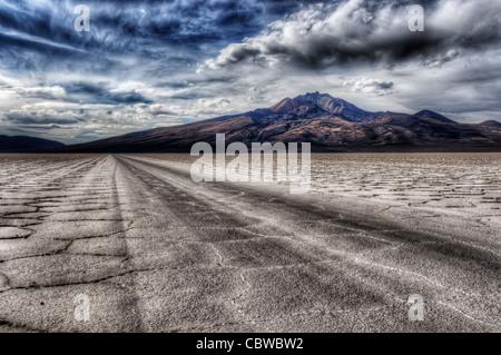 Spuren führen durch die fremde Landschaft des Salar de Uyuni in Bolivien - Stockfoto