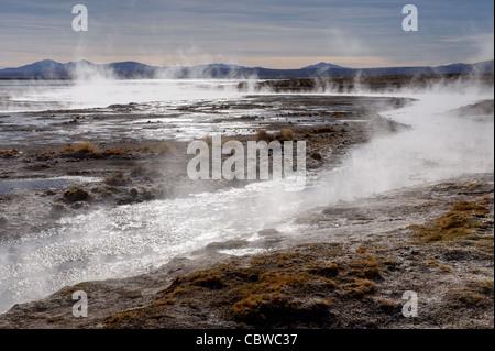 Dampf steigt aus natürlichen heißen Quellen in der Salar de Uyuni, Bolivien - Stockfoto
