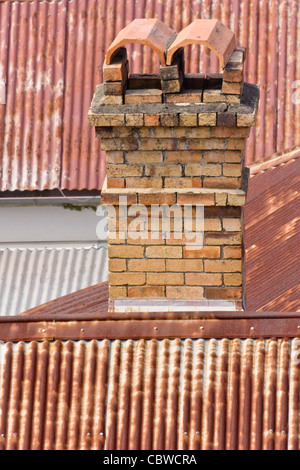 Ältere Häuser in Brisbane wurden in der Regel aus Holz mit einem gemauerten Kamin und ein Wellblechdach gemacht. - Stockfoto
