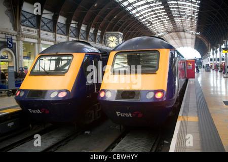 Zwei erste Lokomotive Dieselzügen, Bahnhof Paddington, London, England - Stockfoto