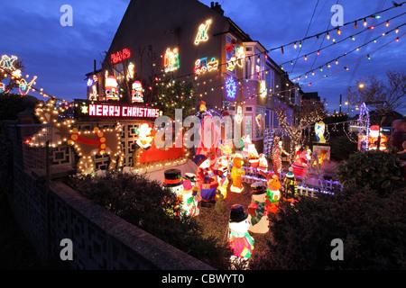 Elektrische Weihnachtsbeleuchtung Garten.Beleuchtete Weihnachtsmann Im Garten Stockfoto Bild 279649363 Alamy