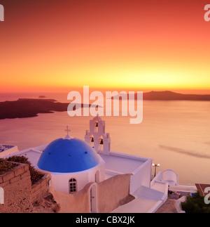 Blaue Kuppel Kirche St. Spirou in Firostefani auf der Insel Santorini-Griechenland - Stockfoto