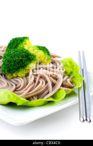 Japanischer vegetarisch Soba-Nudeln auf weißen Teller - Stockfoto