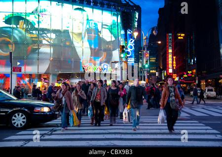 Menschen in der Nähe von Toys R Us am Times Square, New York City, USA Store - Stockfoto