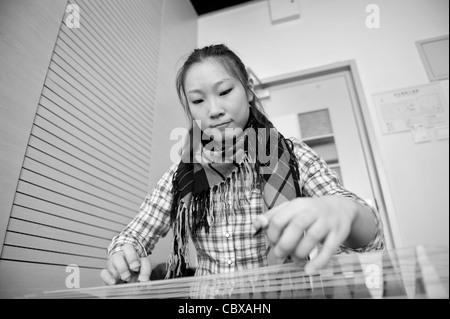 Beijing. Frau Cao Yuan spielen die Guzheng am Central Conservatory of Music. - Stockfoto