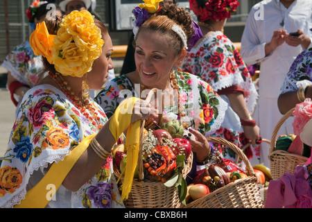 Frauen in traditionellen Kostümen teilnehmen in jährlichen Carnaval Festival im Mission District in San Francisco, - Stockfoto