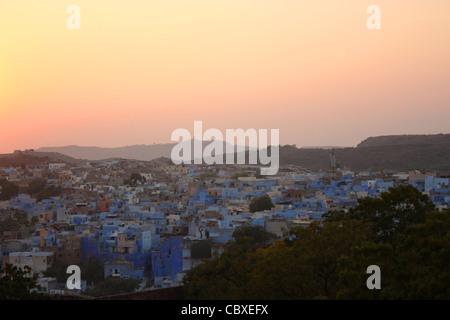 Blau bemalte Häusern, wie gesehen von Mehrangarh Fort in Jodhpur, Rajasthan in Indien. Jodhpur ist bekannt als die - Stockfoto