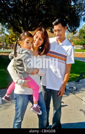 Philippinisch-Amerikanischen Vater, seine vietnamesisch-amerikanische Frau und rassisch gemischt vier-jährige Tochter - Stockfoto