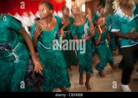Ein Jugendchor singt und tanzt in einer Kirche in Morogoro, Tansania, Ostafrika. - Stockfoto