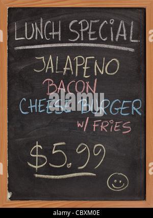 Jalapeno, Speck, Käse Burger, Pommes frites - spezielles Mittagsmenü - vertikale Tafel Schild mit Farbe Kreide Handschrift - Stockfoto