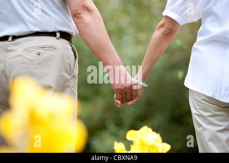Älteres paar hand in hand - Stockfoto