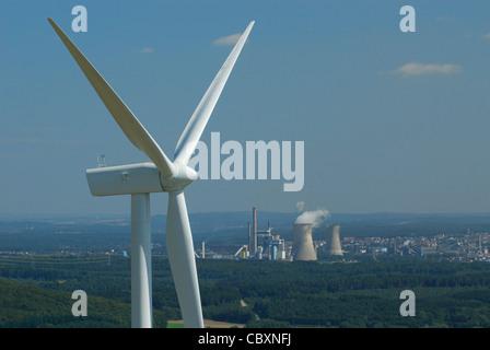 Luftaufnahme der Lichtmaschine und Propeller einer Windkraftanlage mit auf Hintergrund Kohlekraftwerke - Stockfoto