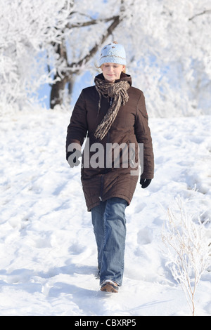 Walking im freien Frau, Winter, Winnipeg, Manitoba, Kanada - Stockfoto