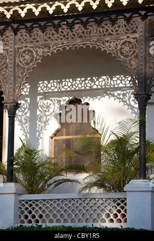 Eisen-Fassade im Rawla Narlai, 17. Jahrhundert Kaufmannshaus jetzt ein Erbe Luxushotel in Narlai, Rajasthan, Nordindien - Stockfoto