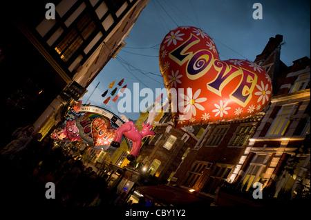 Aufblasbare Weihnachtsdekoration in der Carnaby Street, London, - Stockfoto