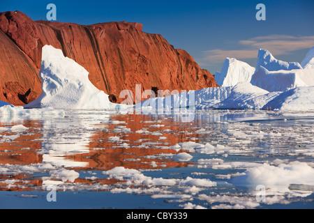 Zwischen den Eisbergen Røde Ø, Scoresby Sund, Grönland Kreuzfahrt - Stockfoto