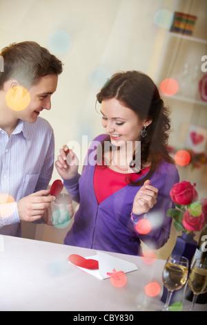 Ein junger Mann zeigt Verlobungsring zu seiner Freundin - Stockfoto