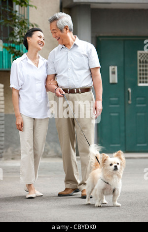 Älteres Paar mit ihrem Hund - Stockfoto