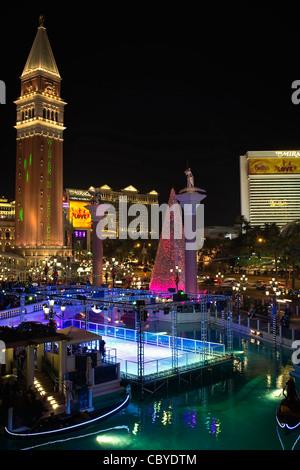 Venetian Hotel Tower in der Weihnachtszeit - Stockfoto