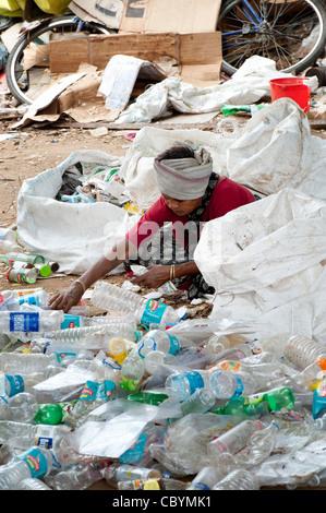Indische Frau Sortierung durch Hausmüll Recycling in einem kleinen lokalen recycling Unternehmen. Andhra Pradesh, - Stockfoto