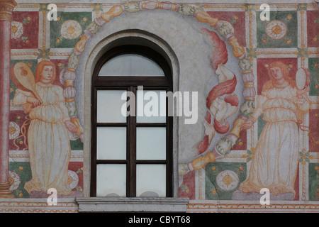 Eines der vielen Fresken aus dem 15. Jahrhundert von Andrea Bellunello an der Außenseite des Schlosses von Spilimbergo, - Stockfoto