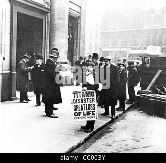 Titanic-Katastrophe Zeitungsjunge, 1912, steht vor dem Sitz der White Star Line in Cockspur Street neben dem Trafalgar - Stockfoto