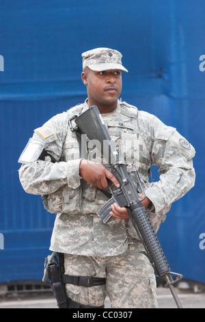 Eine Marine bewaffnet mit Sturmgewehr am Bahnhof World Trade Center Weg. - Stockfoto