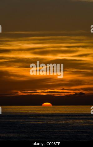 Einen wunderschönen goldenen Sonnenuntergang kurz vor der Sandrückstand der Sonne unter dem Horizont. Die hellen - Stockfoto