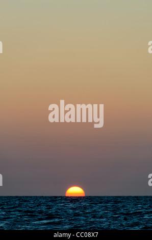 Der legt kurz bevor die Sonne unter dem Horizont über dem Pazifischen Ozean verschwindet. Die meisten des Rahmens - Stockfoto
