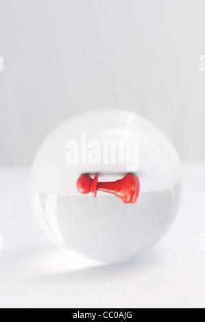 Roten Schachfigur Bauern durch eine Kristallkugel - Stockfoto