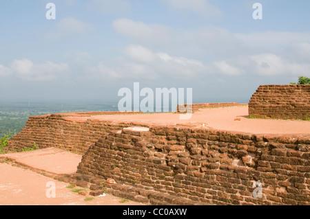 Die Ruinen von Palads an der Spitze von Sigiriya (Lion es Rock), Sri Lanka - Stockfoto