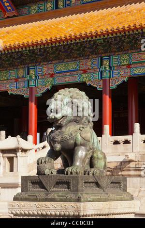 Einen bronzenen Löwen bewachen die westliche Herangehensweise an das Tor der höchsten Harmonie in der verbotenen Stadt in Peking, China