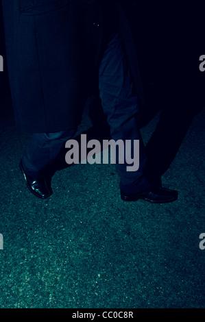 Geheimnisvollen männlichen Figur lauern auf der Straße in der Nacht - Stockfoto
