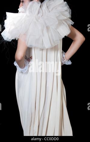 Frau in Vintage-Kleid Hände auf den Hüften - Stockfoto