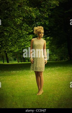 Frau auf dem Lande wegschauen - Stockfoto