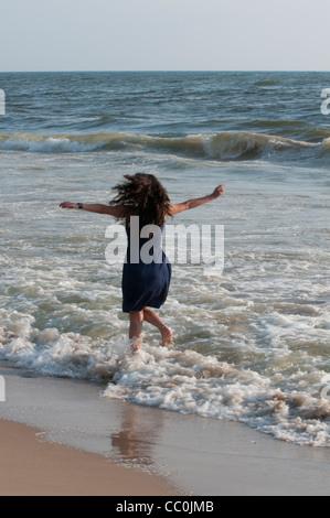 Glückliche Frau am Strand - Stockfoto