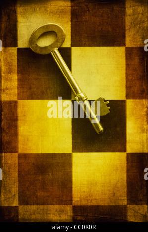 Alte Schlüssel über ein Schachbrett - Stockfoto